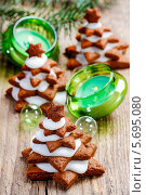 Купить «Декоративные елки из рождественских пряников и зеленые подсвечники», фото № 5695080, снято 19 декабря 2018 г. (c) BE&W Photo / Фотобанк Лори