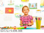 Купить «Улыбающаяся девочка с цветными карандашами в детском саду», фото № 5698388, снято 23 ноября 2013 г. (c) Сергей Новиков / Фотобанк Лори