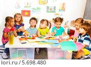 Купить «Дети делают поделки в детском саду», фото № 5698480, снято 23 ноября 2013 г. (c) Сергей Новиков / Фотобанк Лори