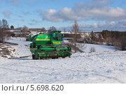 Купить «Зимняя парковка комбайна», фото № 5698620, снято 12 марта 2014 г. (c) Николай Мухорин / Фотобанк Лори