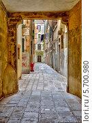 Купить «Узкая улица в Венеции», фото № 5700980, снято 24 февраля 2013 г. (c) Sergey Borisov / Фотобанк Лори