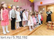 Купить «Дети под руководством воспитателя читают стихи со сцены, детский сад», фото № 5702192, снято 6 марта 2014 г. (c) Кекяляйнен Андрей / Фотобанк Лори