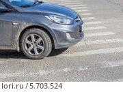 Купить «Автомобиль стоит на пешеходном переходе», эксклюзивное фото № 5703524, снято 14 марта 2014 г. (c) Алексей Букреев / Фотобанк Лори