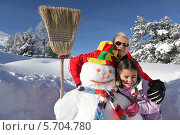 Купить «дедушка с внучкой рядом со снеговиком», фото № 5704780, снято 14 января 2010 г. (c) Phovoir Images / Фотобанк Лори