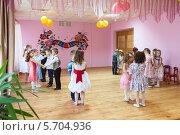 Купить «Дети танцуют на сцене в садике», фото № 5704936, снято 6 марта 2014 г. (c) Кекяляйнен Андрей / Фотобанк Лори