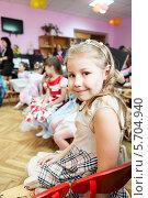 Купить «Маленькая девочка сидит на стуле в детском садике и смотрит в камеру», фото № 5704940, снято 6 марта 2014 г. (c) Кекяляйнен Андрей / Фотобанк Лори