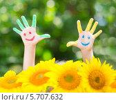 Детские руки в цветной краске и жёлтые подсолнухи, фото № 5707632, снято 21 августа 2013 г. (c) yarruta / Фотобанк Лори