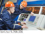 Купить «Инженеры около панели управления», фото № 5708336, снято 19 февраля 2014 г. (c) Дмитрий Калиновский / Фотобанк Лори