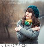 Купить «Одинокая девушка в пальто в холодную погоду», фото № 5711624, снято 23 февраля 2014 г. (c) Наталья Хлопушина / Фотобанк Лори