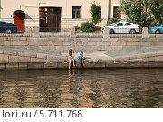 Купить «Лето в городе. Парень и девушка отдыхают у воды на канале Грибоедова.», эксклюзивное фото № 5711768, снято 7 июля 2012 г. (c) Юлия Бабкина / Фотобанк Лори