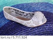 Купить «Белая туфелька с украшением из бисера», эксклюзивное фото № 5711924, снято 10 апреля 2013 г. (c) Blekcat / Фотобанк Лори
