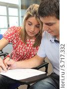 Купить «преподаватель помогает студенту», фото № 5717332, снято 5 февраля 2010 г. (c) Phovoir Images / Фотобанк Лори