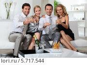 Купить «две пары пьют шампанское», фото № 5717544, снято 16 июня 2010 г. (c) Phovoir Images / Фотобанк Лори