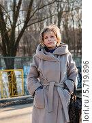 Купить «Симпатичная женщина среднего возраста зимой гуляет на улице», эксклюзивное фото № 5719896, снято 10 марта 2014 г. (c) Игорь Низов / Фотобанк Лори