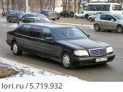 Купить «Автомобиль Mercedes-Benz W140 S600 Pullman», фото № 5719932, снято 24 декабря 2010 г. (c) Art Konovalov / Фотобанк Лори