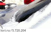 Купить «Чистка машины от снега», видеоролик № 5720204, снято 10 февраля 2014 г. (c) Иван Артемов / Фотобанк Лори