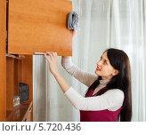 Купить «Девушка протирает мебель дома», фото № 5720436, снято 17 января 2014 г. (c) Яков Филимонов / Фотобанк Лори