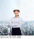 Купить «Позитивная деловая женщина стоит, сложив руки, на фоне современного города», фото № 5721228, снято 8 декабря 2013 г. (c) Syda Productions / Фотобанк Лори