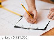 Купить «Мужская рука что-то пишет на листе бумаги», фото № 5721356, снято 28 января 2014 г. (c) Syda Productions / Фотобанк Лори