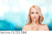 Купить «Красивая блондинка трогает пальцем губы», фото № 5721584, снято 7 января 2014 г. (c) Syda Productions / Фотобанк Лори