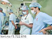 Купить «Два анестезиолога в операционной во время кардиологической операции», фото № 5722616, снято 10 февраля 2014 г. (c) Дмитрий Калиновский / Фотобанк Лори
