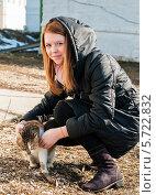 Купить «Девочка-подросток гуляет с кошкой на улице», эксклюзивное фото № 5722832, снято 8 марта 2014 г. (c) Игорь Низов / Фотобанк Лори