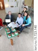 Купить «семья обсуждает с архитектором проект будущего дома», фото № 5723140, снято 21 января 2010 г. (c) Phovoir Images / Фотобанк Лори