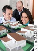 Купить «архитектор показывает паре макет будущего дома», фото № 5723148, снято 21 января 2010 г. (c) Phovoir Images / Фотобанк Лори