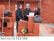 Купить «молодая семья встречается с архитектором», фото № 5723164, снято 21 января 2010 г. (c) Phovoir Images / Фотобанк Лори