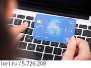 Купить «женщина держит банковскую карту и печатает на клавиатуре», фото № 5726208, снято 13 октября 2013 г. (c) Андрей Попов / Фотобанк Лори