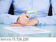 Купить «деловая женщина читает документ через увеличительное стекло», фото № 5726220, снято 13 октября 2013 г. (c) Андрей Попов / Фотобанк Лори