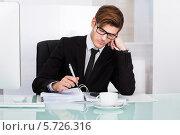 Купить «Бизнесмен страдает от головной боли», фото № 5726316, снято 19 октября 2013 г. (c) Андрей Попов / Фотобанк Лори
