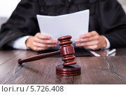 Купить «Судья зачитывает документ», фото № 5726408, снято 19 октября 2013 г. (c) Андрей Попов / Фотобанк Лори