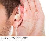 Купить «Мужчина прикладывает руку к уху со слуховым аппаратом», фото № 5726492, снято 19 октября 2013 г. (c) Андрей Попов / Фотобанк Лори