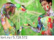 Купить «Мужчина и женщина, перепачканные разноцветными красками», фото № 5728572, снято 11 мая 2013 г. (c) Losevsky Pavel / Фотобанк Лори