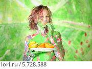 Купить «Испачканная в краске девушка ест апельсин», фото № 5728588, снято 11 мая 2013 г. (c) Losevsky Pavel / Фотобанк Лори