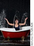 Купить «Мокрая девушка с закрытыми глазами брызгается водой в ванной на черном фоне», фото № 5728824, снято 4 марта 2013 г. (c) Losevsky Pavel / Фотобанк Лори