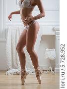 Купить «Красивая женщина в белом кружевном белье стоит в пуантах», фото № 5728952, снято 6 марта 2013 г. (c) Losevsky Pavel / Фотобанк Лори