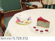 Купить «Чашка кофе и торт на столе», фото № 5729312, снято 22 мая 2013 г. (c) Losevsky Pavel / Фотобанк Лори