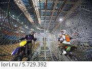 Два каскадера-мотоциклиста внутри сферы на шоу Monster Mania в «Олимпийском» (2013 год). Редакционное фото, фотограф Losevsky Pavel / Фотобанк Лори