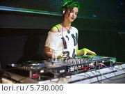 Купить «Девушка-DJ в наушниках стоит за микшерным пультом в ночном клубе», фото № 5730000, снято 30 марта 2013 г. (c) Losevsky Pavel / Фотобанк Лори