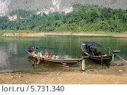 Лодки у причала на озере (2013 год). Редакционное фото, фотограф Анна Кузнецова / Фотобанк Лори