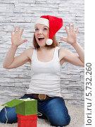 Веселая девушка в шапке Санта Клауса с подарочными коробками. Стоковое фото, фотограф Daniil Nikiforov / Фотобанк Лори