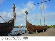 Выборг, ладьи викингов на набережной залива Ковш (2013 год). Стоковое фото, фотограф Ольга Остроухова / Фотобанк Лори