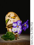 Купить «Узамбарская фиалка в шкатулке. Натюрморт», фото № 5734772, снято 22 марта 2014 г. (c) Ольга Денисова / Фотобанк Лори