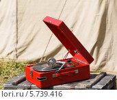 Купить «Старый красный патефон», фото № 5739416, снято 28 января 2020 г. (c) Mikhail Starodubov / Фотобанк Лори