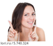 Купить «улыбающаяся женщина показывает крем на кончиках пальцев», фото № 5740324, снято 20 октября 2013 г. (c) Андрей Попов / Фотобанк Лори