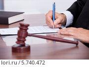 Купить «Судья подписывает бумаги», фото № 5740472, снято 10 ноября 2013 г. (c) Андрей Попов / Фотобанк Лори