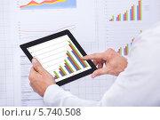 Купить «Бизнесмен анализирует график на планшетном компьютере», фото № 5740508, снято 10 ноября 2013 г. (c) Андрей Попов / Фотобанк Лори