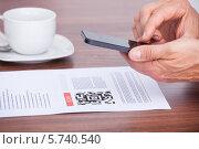 Купить «Бизнесмен сканирует штрихкод своим смартфоном», фото № 5740540, снято 10 ноября 2013 г. (c) Андрей Попов / Фотобанк Лори